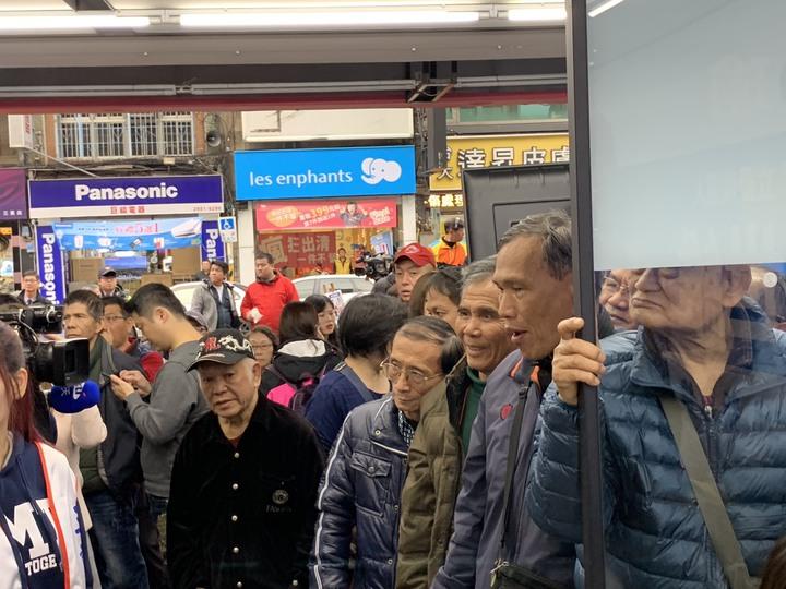 支持者在競選總部外,緊張地緊盯螢幕上的票數。記者張曼蘋/攝影