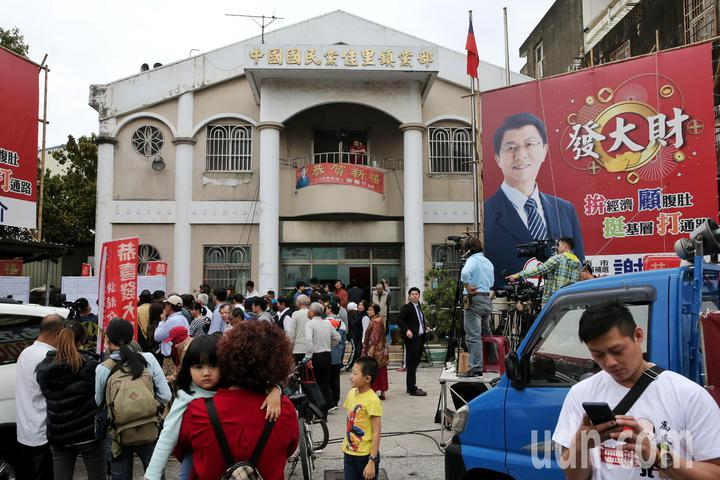 謝龍介競選總部擠滿人潮。記者鄭清元/攝影
