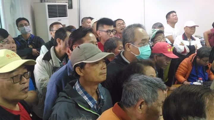 郭國文支持者到郭競選總部關心開票情形。記者黃宣翰/攝影