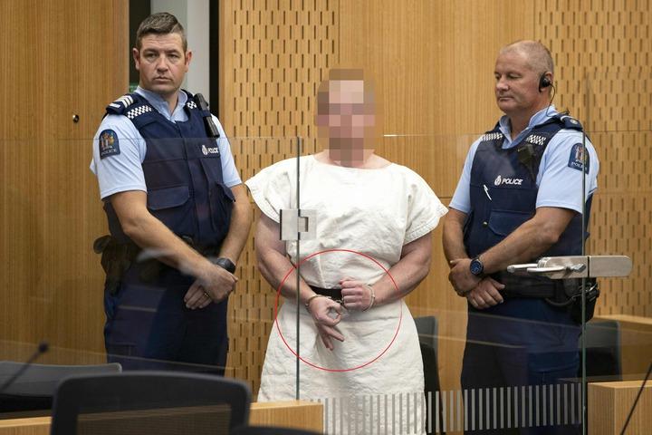 紐西蘭基督城15日清真寺大屠殺恐攻事件,造成至少49人喪命、20人重傷,主嫌28歲的澳洲右翼極端分子塔倫(Brenton Tarrant),在13日出庭應訊,從頭到尾面無表情,不見悔意,甚至還用右手比出「白人至上」手勢,再次於公眾前強調自己極端白人種族主義主張。法新社