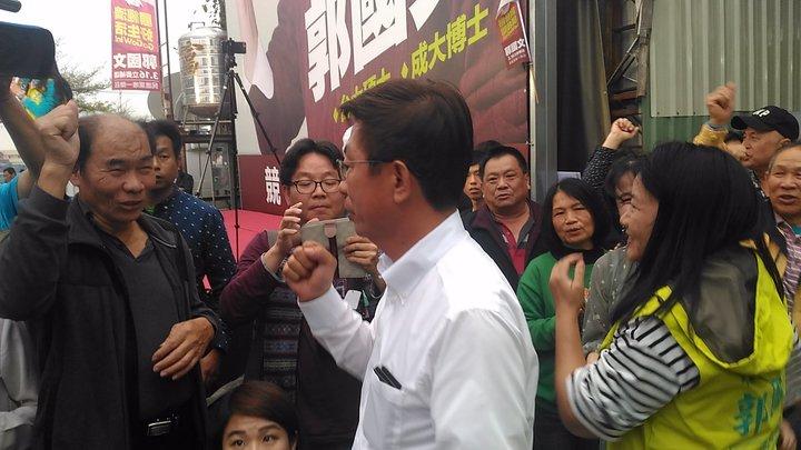 郭國文當選立委,他和妻子湯靜雯出現走向記者會場,支持者更是興奮莫名,有女性支持者跳起來擁抱湯靜雯,為她加油打氣。記者黃宣翰/攝影