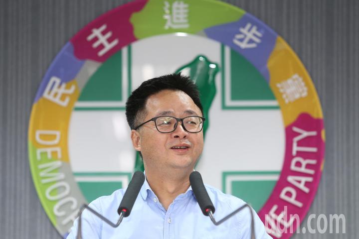 立委補選結果出爐,民進黨守住新北、台南兩席,秘書長羅文嘉晚間舉行記者會,他說選舉的結果民進黨沒有贏,只是止血而已,新北、台南兩席立委的勝利不是民進黨的勝利,是守護台灣民主的勝利。記者王騰毅/攝影