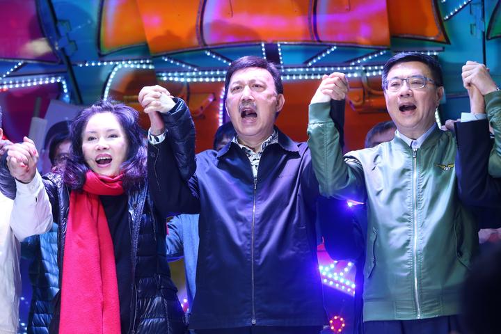 今天舉辦立委補選,民進黨三重候選人余天(中)順利當選,開票結束後他與黨主席卓榮泰(右)還有妻子李亞萍(左)在黨部高舉雙手歡呼。記者葉信菉/攝影