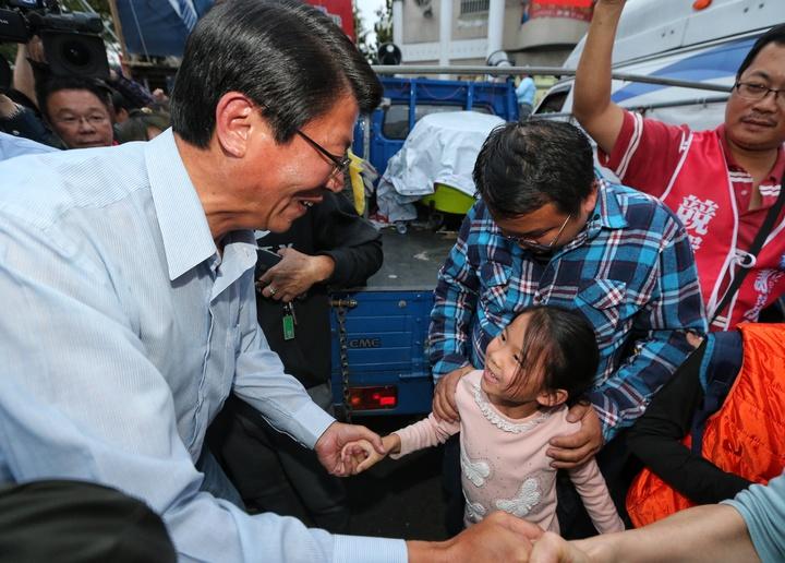 立委補選,國民黨台南市第二選區候選人謝龍介宣布敗選,結束媒體受訪後與選民握手致意,隨後搭車離去。記者鄭清元/攝影