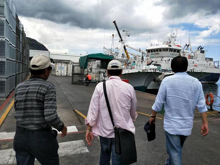 屏東縣長潘孟安遠赴模里西斯探望漁民。圖/取自潘孟安臉書