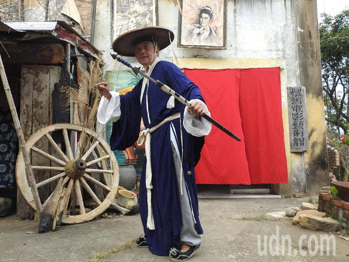陳南耀深愛電影工作,會畫電影看板、做戲服和布景、愛裝扮,堪稱「百變藝術家」。記者賴香珊/攝影