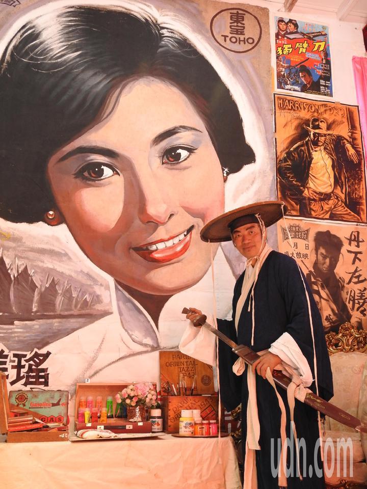 南投縣埔里鎮電影人陳南耀從小就愛上電影,一頭栽進電影藝術世界,學習手繪電影看板。記者賴香珊/攝影
