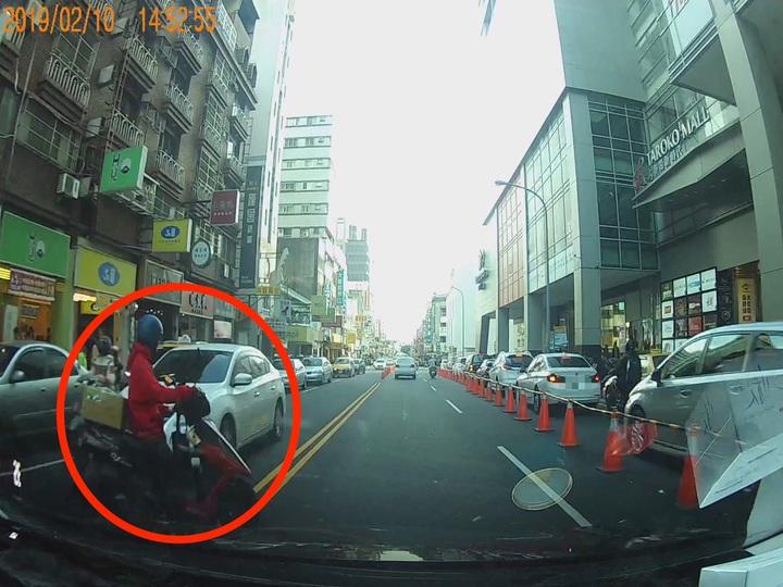 台中市劉姓男子2月間行經東區大智路時,因一名機車騎士(紅圈)穿越雙黃線,導致他閃避不及撞上,騎士發生車禍後逃逸,警方循線通知他到案並開罰。記者陳宏睿/翻攝