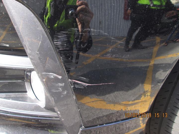 台中市劉姓男子2月間行經東區大智路時,因一名機車騎士穿越雙黃線,導致他閃避不及撞上,騎士發生車禍後逃逸,警方循線通知他到案並開罰。記者陳宏睿/翻攝