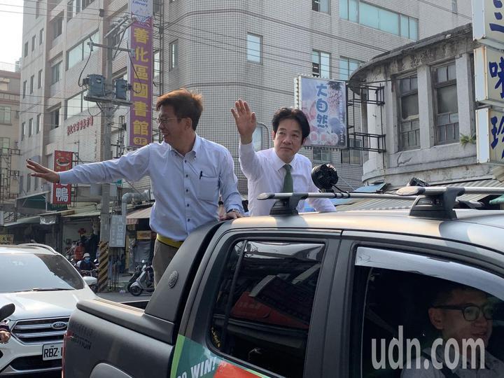 行政院前院長賴清德(右)今早陪立委當選人郭國文掃街謝票。記者莊琇閔/攝影