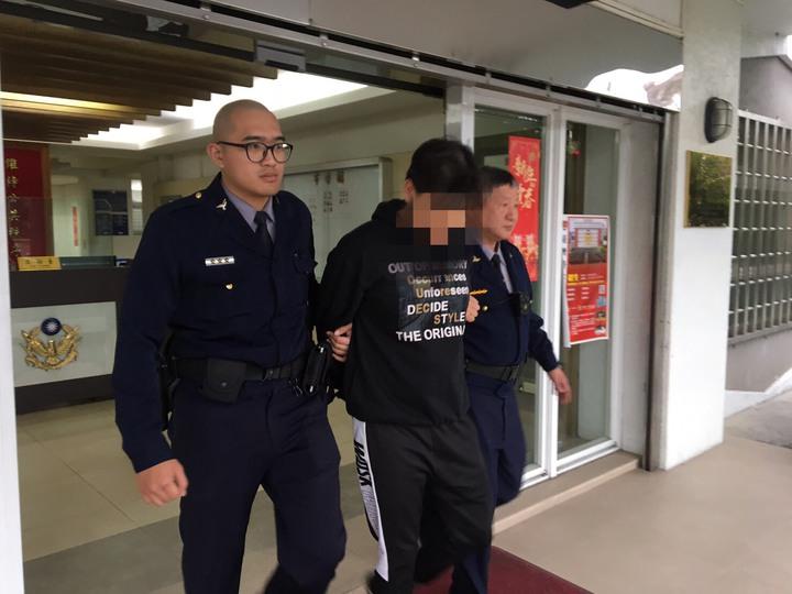 林姓男子將「車號「117」用二條黑色膠帶貼成「147」行搶,仍遭警方逮捕。記者袁志豪/翻攝