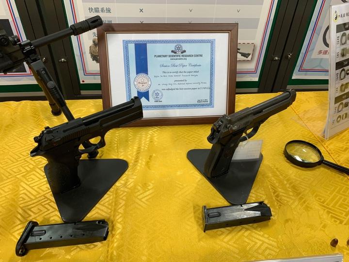 國防大學理工學院開發出「多邊形光膛槍管」,號稱能夠將一般步槍射擊精度提升到特等射手水準,射擊精度可提高2.5倍,槍管壽命則可提升2倍以上。技術已運用於軍備局205廠新式國造T75K3手槍(左)。記者洪哲政/攝影