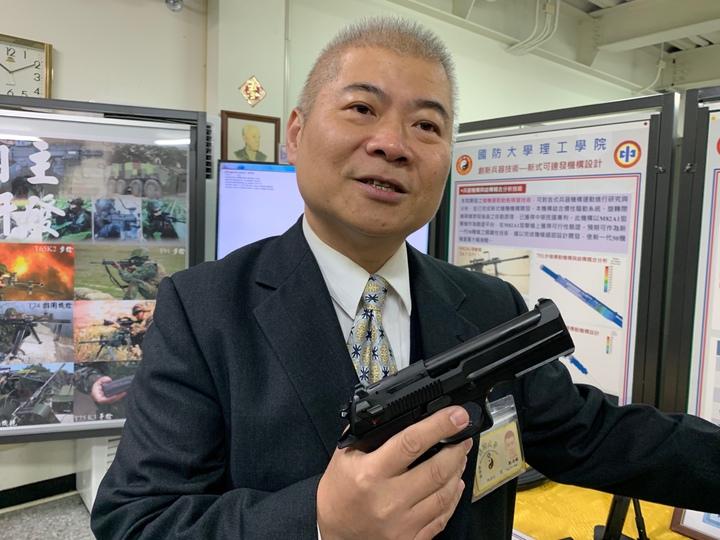 國防大學理工學院化學及材料工程學系教授劉益銘表示,該院開發出「多邊形光膛槍管」,能夠將一般步槍射擊精度提升到特等射手水準,射擊精度可提高2.5倍,槍管壽命則可提升2倍以上。已運用於軍備局205廠新式國造T75K3手槍,將進一步運用205廠研發中的新型國軍T91K3步槍上。記者洪哲政/攝影