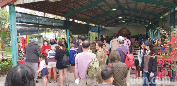 台中市區潭子區農會今天辦百週年慶活動,親子一起作迷你版稻草人。記者游振昇/攝影