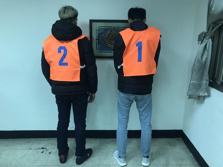 鍾姓、柯姓男子分別與各自友人到KTV唱歌,兩人素不相識,但酒後在廁所遇到,竟互相批評對方尿尿「太大聲」,還互嗆「你是有多大」,一動手全被警方逮捕送辦。記者袁志豪/翻攝