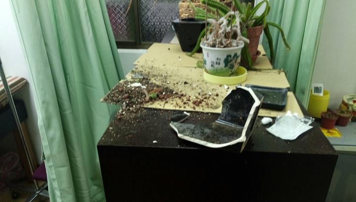台北市內湖區一處診所被砸。圖/記者廖炳棋翻攝