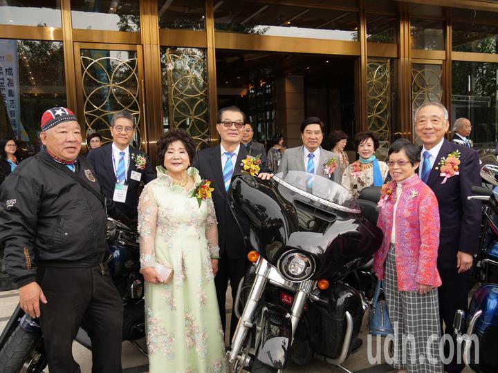 國際扶輪3462地區第二屆年會上午舉辦,總監沈登贊(中)和騎重機的社友們合影。記者黃寅/攝影
