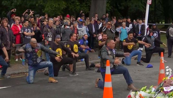 紐西蘭基督城,15日發生血洗清真寺恐攻,造成50人喪命,震撼全球;紐西蘭一個名為「Mangu Kaha Aotearoa」的機車黨,17日特地前來基督城,獻上毛利人傳統「哈卡(Haka)舞」向罹難者致意。路透