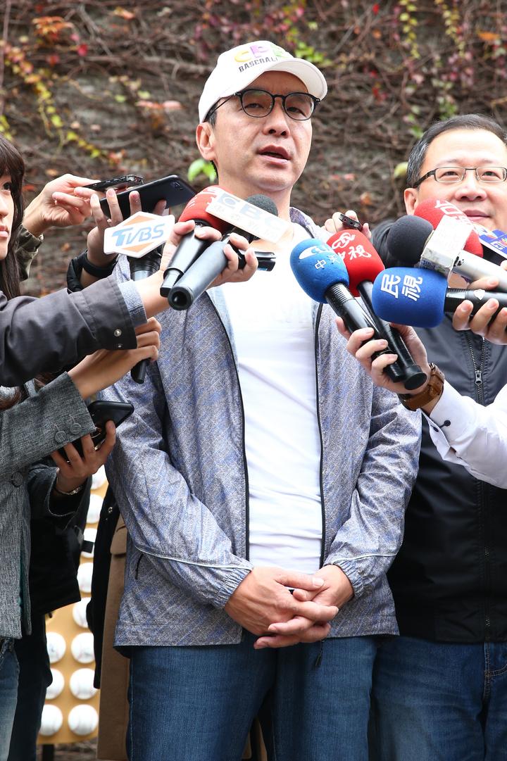 新北市前市長朱立倫(左)上午在中華職棒會長吳志揚(右)的陪同下參觀中職三十周年特展,面對記者提問三重立委補選敗選,他表示是自己努力不夠。記者葉信菉/攝影