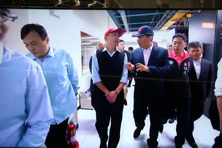 鴻海集團今天下午與高雄市政府 簽署合作備忘錄,董事長郭台銘下午先邀韓國瑜參觀數據機房。記者劉學聖/攝影