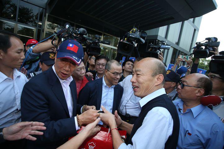 鴻海集團今天下午與高雄市政府 簽署合作備忘錄,董事長郭台銘和高雄市長韓國瑜首度在高雄碰面。記者劉學聖/攝影