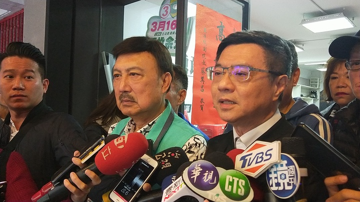 民進黨主席卓榮泰(右)表示民進黨雖保住立委席次,但他沒有喜悦。記者施鴻基/攝影