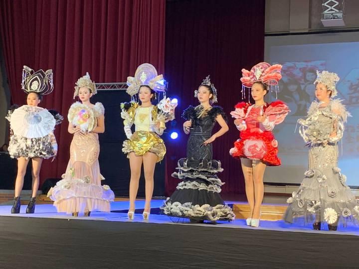 「情慾」組模特兒拿著相同造型的芭比娃娃走秀。圖/吳鳳科大提供