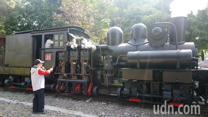 蒸汽火車行駛時,不只直出蒸汽很吸晴,看著汽缸垂直運作也讓人感動。記者謝恩得/攝影