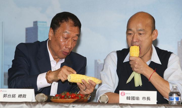 郭台銘向韓國瑜推薦永齡農場的玉米非常好吃,兩人當場生吃了起來,畫面很率真 。記者劉學聖/攝影