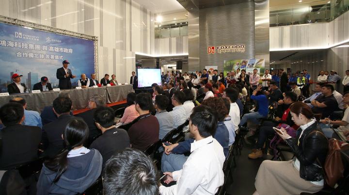 鴻海集團總裁郭台銘今天南下高雄,跟高雄市長韓國瑜合體,現場吸引滿滿媒體。記者劉學聖/攝影