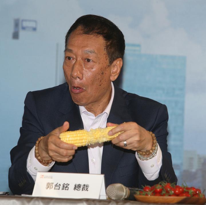 鴻海集團總裁郭台銘在記者會上大啃玉米。記者劉學聖/攝影