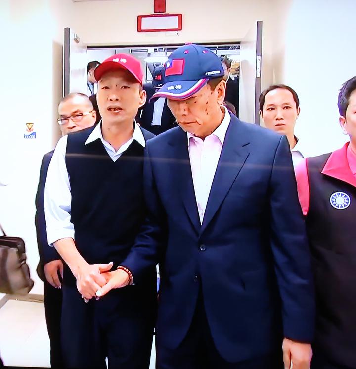 鴻海集團總裁郭台銘(右)今天南下跟高雄市長韓國瑜(左)合體,郭台銘還帶韓國瑜參觀超級電腦等設備。記者劉學聖/翻攝
