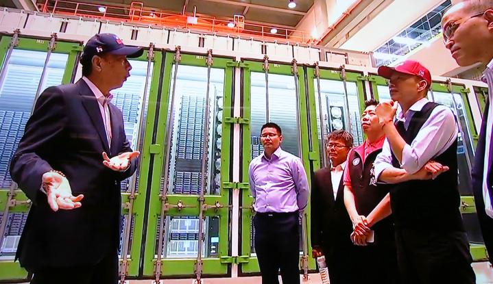 鴻海集團總裁郭台銘(左)今天南下跟高雄市長韓國瑜(右二)合體,郭台銘還帶韓國瑜參觀超級電腦等設備。記者劉學聖/翻攝