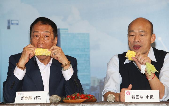 鴻海集團總裁郭台銘(左)今天南下跟高雄市長韓國瑜(右)合體,郭台銘還邀韓國瑜一起大啃自家農場生產的無毒玉米。記者劉學聖/攝影