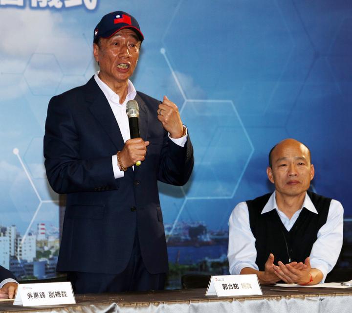 鴻海集團總裁郭台銘(左)今天南下跟高雄市長韓國瑜(右)合體,郭台銘強調未來會大力投資高雄。記者劉學聖/攝影