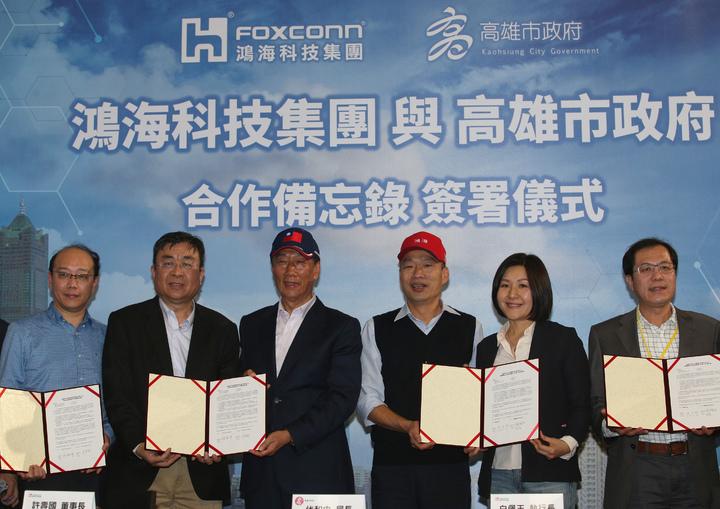 鴻海集團總裁郭台銘(左三)今天南下跟高雄市長韓國瑜(右三)合體,雙方簽訂合作備忘錄。記者劉學聖/攝影