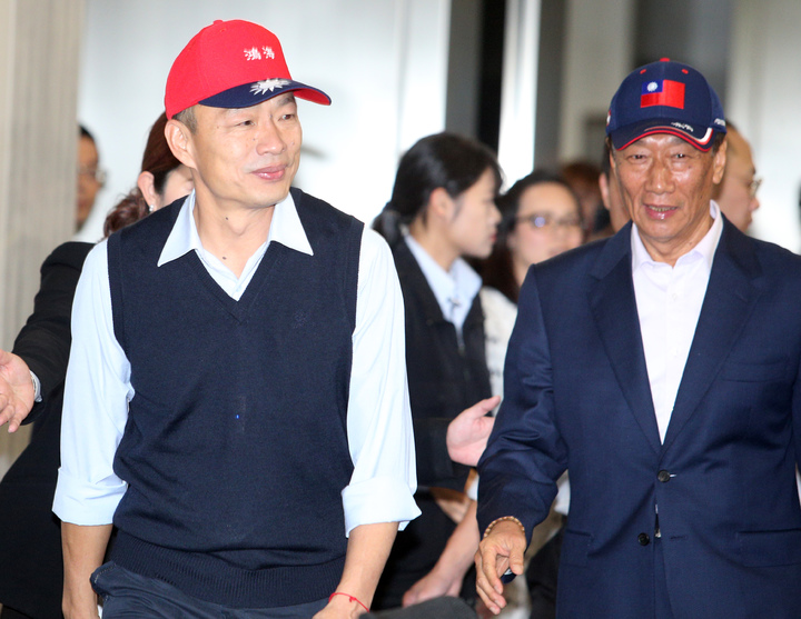 鴻海集團總裁郭台銘(右)今天南下跟高雄市長韓國瑜(左)合體,郭台銘強調未來會大力投資高雄。記者劉學聖/攝影