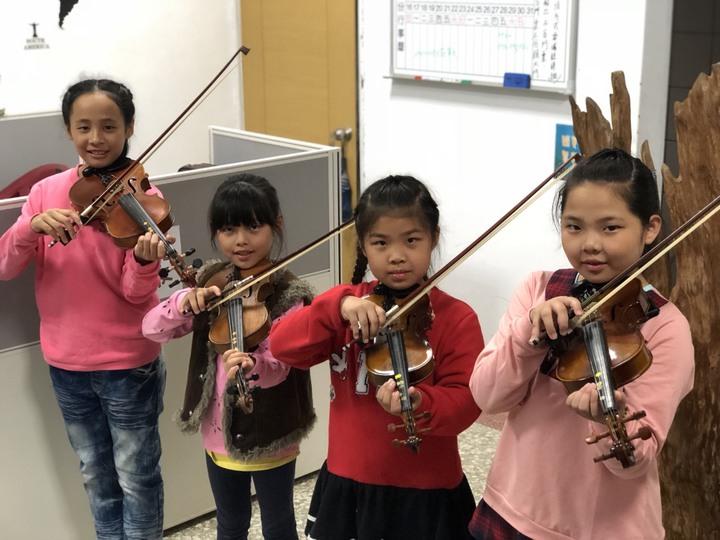 嘉義縣大埔鄉孩子珍惜學習小提琴機會,自動自發的學習態度讓音樂老師曾彥學相當感動。記者王慧瑛/攝影