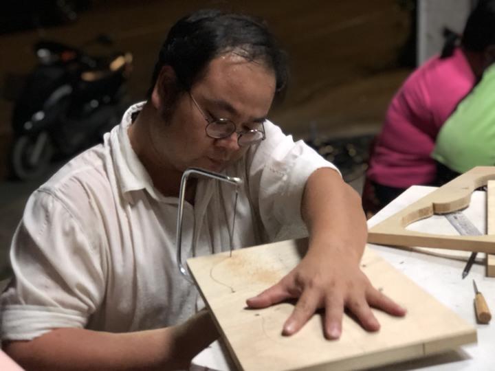 35歲音樂老師曾彥學不辭路途遙遠,每周開車從屏東到嘉義縣大埔上課、教製小提琴。記者王慧瑛/攝影