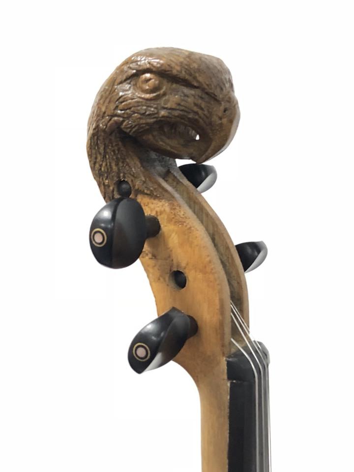 嘉義縣大埔鄉和平村長吳倚豪懷抱理想與使命,請來小提琴老師為鄉內孩子上課,並學習製琴,圖為「大埔一號」小提琴,琴頭的老鷹意象,凸顯在地元素。記者王慧瑛/攝影