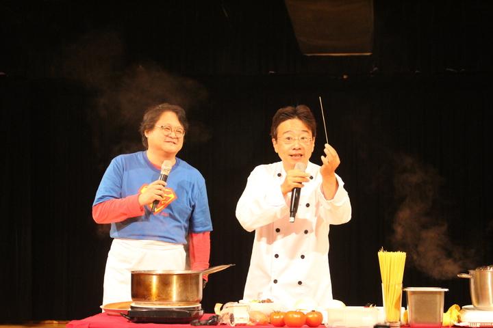 大提琴音樂家張正傑(右)與藝人趙自強(左)聯手演出「牛肉麵PK義大利麵」親子音樂劇。記者張雅婷/攝影