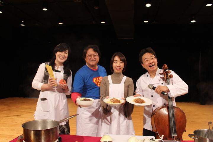 大提琴音樂家張正傑(右一)與藝人趙自強(左二)聯手演出「牛肉麵PK義大利麵」親子音樂劇。記者張雅婷/攝影