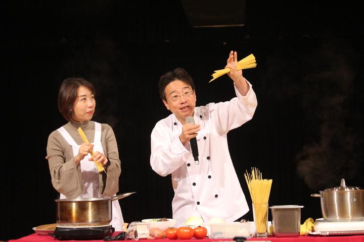 大提琴音樂家張正傑(右)與藝人趙自強聯手演出「牛肉麵PK義大利麵」親子音樂劇。記者張雅婷/攝影