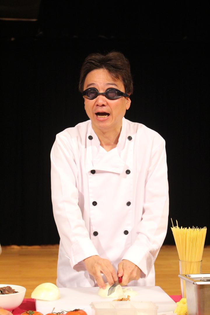 大提琴音樂家張正傑今年推出「牛肉麵PK義大利麵」親子音樂劇,並搞笑戴上泳鏡切洋蔥。記者張雅婷/攝影