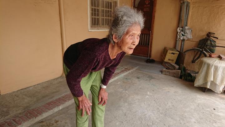 謝何綢表示,以前都只能彎腰駝背行走。記者卜敏正/攝影