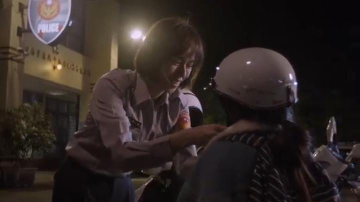 微電影中,飾演女警的夏于喬對小女孩無微不至的付出與關懷,讓女同學感動落淚。記者袁志豪/翻攝