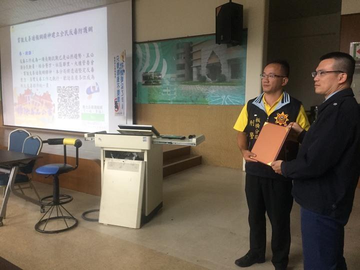 新北市警板橋分局偵查隊長林子翔前往板橋高中實施反毒宣導。記者袁志豪/翻攝