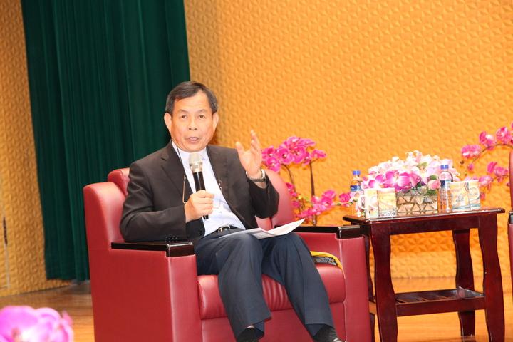 朝陽科技大學講座教授鍾任琴主持「全球經濟趨勢論壇」座談。記者黃寅/攝影