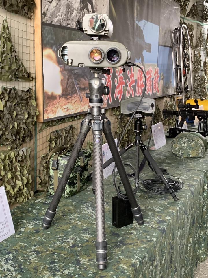陸軍航特部耗資1億7124萬餘元,將在今年起陸續向中科院採購15套自製「雷射標定儀」,讓特戰部隊在各作戰區執行行敵後作戰偵蒐時,標定敵軍高價戰術目標,為空軍與陸航的雷射導引彈藥進行導引任務。裝備上午在彰化首度曝光。記者洪哲政/攝影