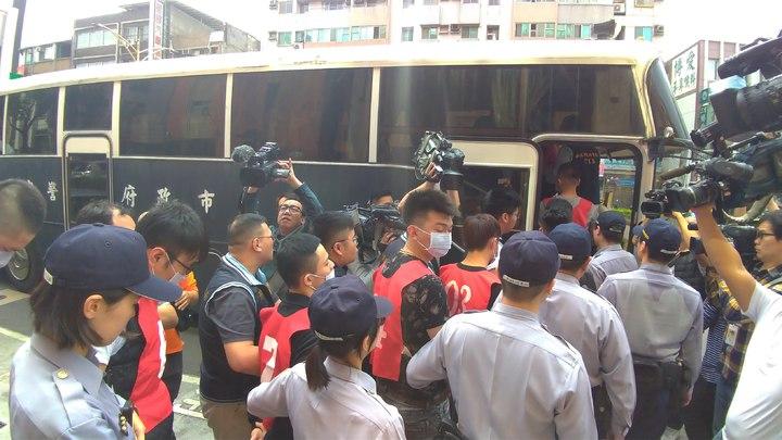 嫌犯人數多到要動用大型警備車送運。記者林昭彰/攝影